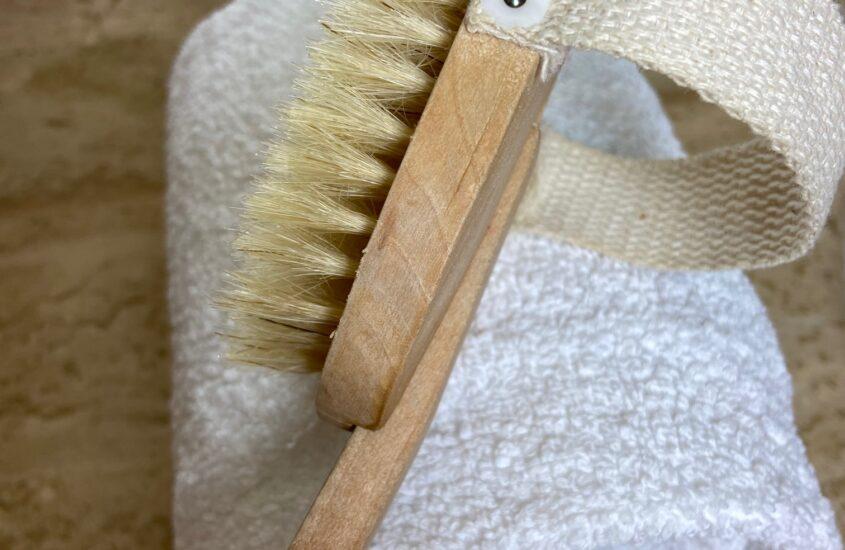 Os benefícios de escovar o corpo em seco